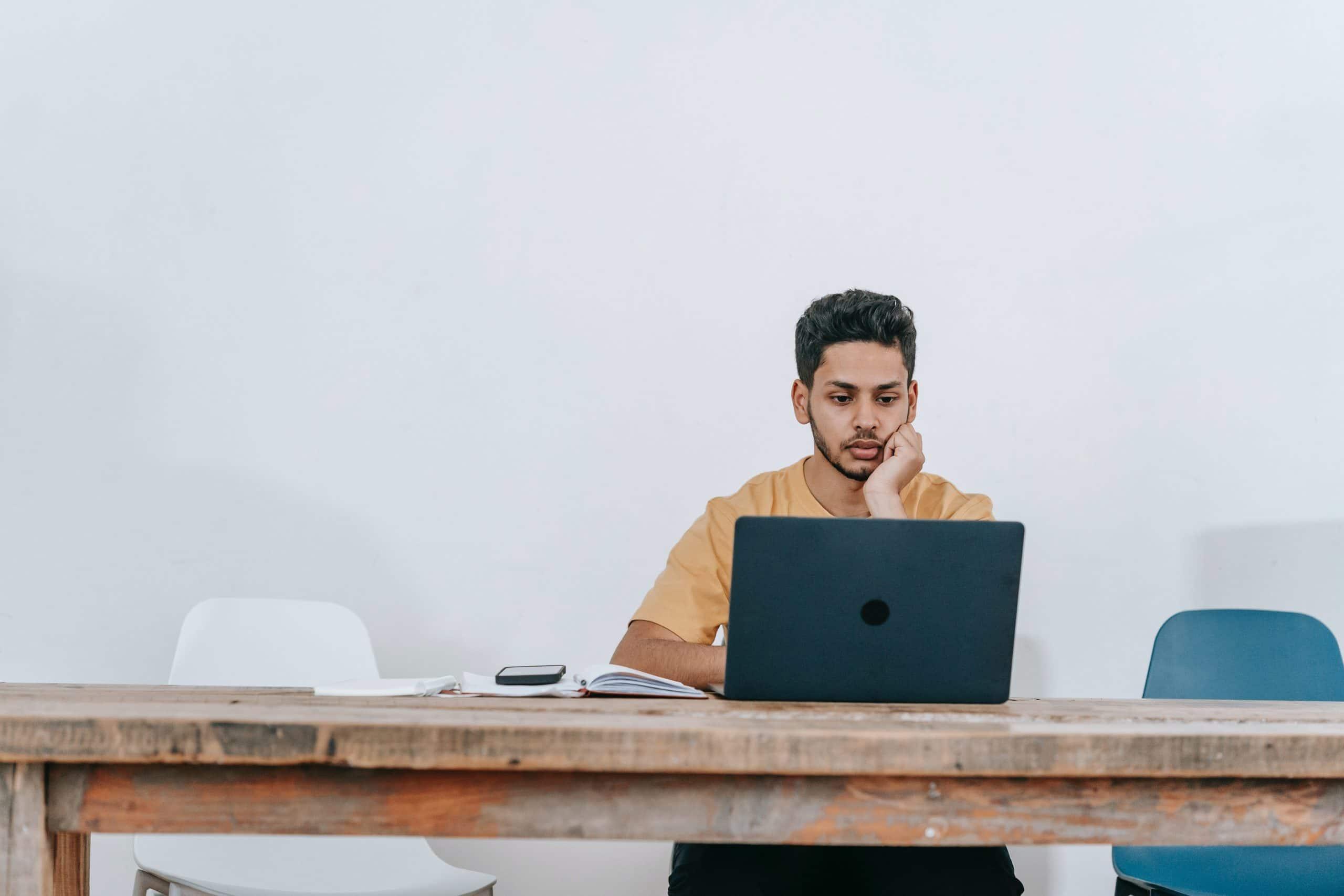 Un homme sur ordinateur